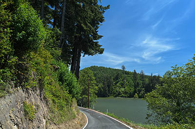 This single-lane county road furnishes the only access to the east bank of Siltcoos Lake, north of Florence.